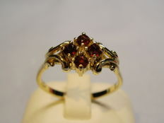 Antique gold ring with facetted garnets of 0.6 ct in total.