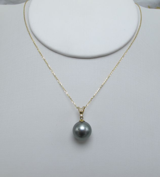 Tahitian black pearls, diamonds, seawater 18K gold necklace. Pearl diameter: 10.7 mm. New no wear * no reserve price *