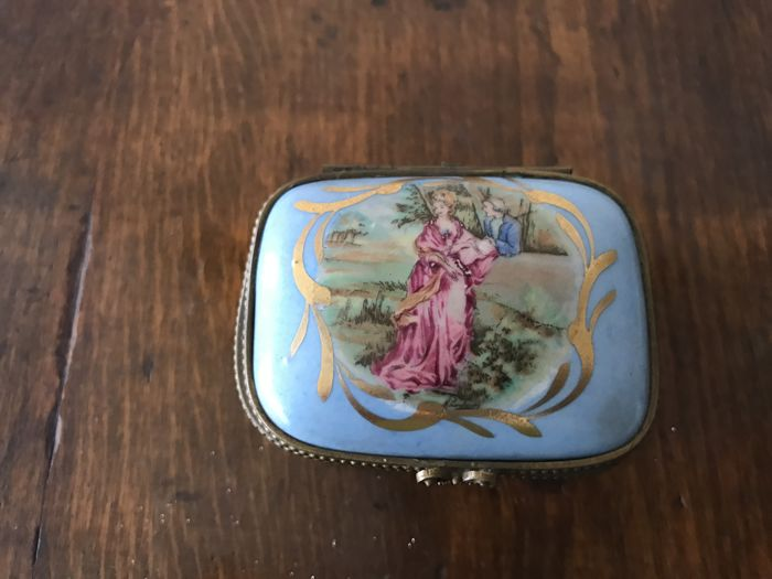 Small porcelain box marked Paris/Limoges - circa 1900