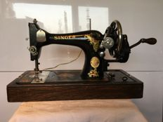 Magnificent antique Singer 201K sewing machine with sewing light and dust cover, 1937