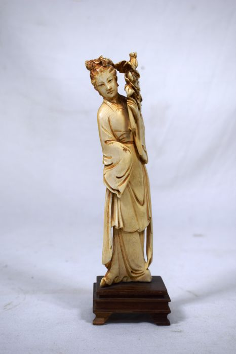 Ivory Guanyin sculpture - China - Early 20th century, circa 1940