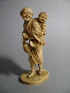 Ivory okimono The fisherman and his son, signed Chikachi - Japan - 1890
