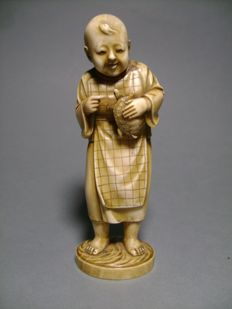 Ivory okimono The Child and the Turtle – Japan – ca. 1890 (Meiji period)