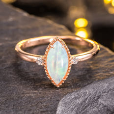 Opal, Diamond 0,04 cts 18K gold ring. Gem weight: 0.55ct. Size: American 7 number, French 54 number, diameter 17.2mm.