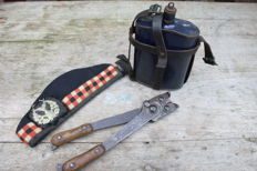 "Glengarry ""Gordon Highlanders"", British water bottle and wire cutters. Back ribbon damaged"