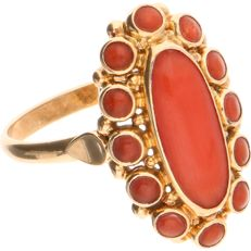 14 kt Yellow gold ring set with cabochon cut precious coral - Ring size: 17.25 mm