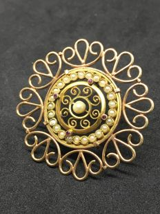 Beautiful antique brooch in 14 kt gold, hand crafted.