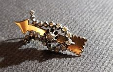 Old brooch set with rose diamond, in the shape of an arrow with silver bow