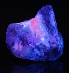 Tugtupite - very rare mineral - fluorescent - nice example from Greenland - 6,6 x 6,0 x 2,9 cm - 120gm