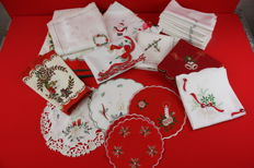 Lot with 17 various Christmas fittings/table cloths/decorative cloths/napkins/runners.
