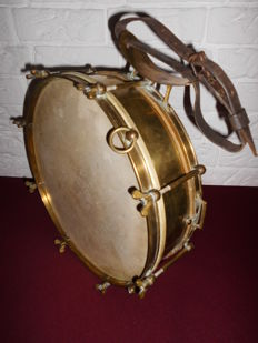 Beautiful antique brass drum with leather strap, very decorative and a real eye-catcher!
