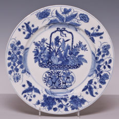 Beautiful and large blue white porcelain plate with a flower basket decoration – China – around 1800