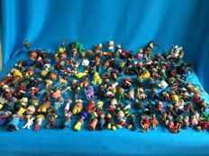 5.4 kg of old key chains including 182 rubber fairy-tale characters