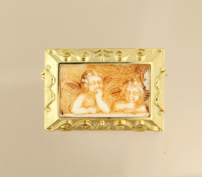 14 kt Yellow gold brooch set with a white agate with colouring