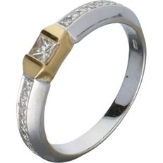 18 kt white gold shoulder ring set with 19 diamond of approx. 0.33 ct in total – Ring size: 17.5 mm