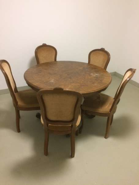 Walnut Rococo dining table and five chairs around 1900