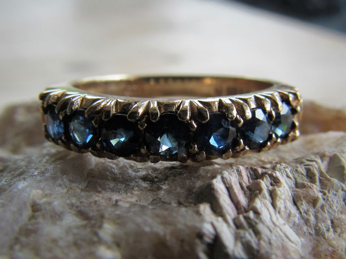 9 kt. Handmade Yellow Gold Eternity ring (3.2 grams) with 7x deep-blue Sapphire (approx. 0.133 ct). Size: 17.5 No reserve price!