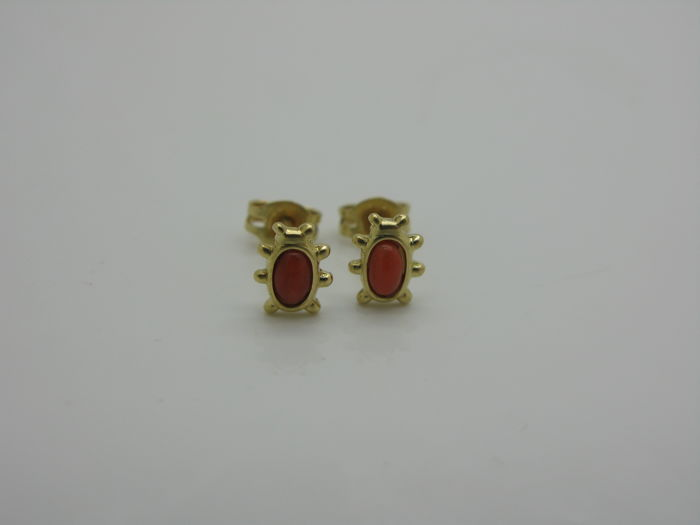 Dangle earrings in 18 kt yellow gold with 2 coccinelle of coral, oval-cut, 4 x 2 mm