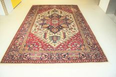 This is an Eastern rug, Tabriz -  305 202 cm - with certificate of authenticity.