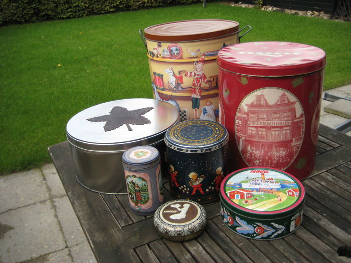 Vintage round shop tins and cookie jars Blokker, Bertels Can co., Albert Heijn, ca 1960
