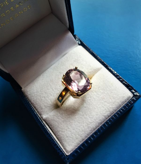 Yellow gold ring with rectangular amethyst of approx. 4 ct, weight 4.70 g
