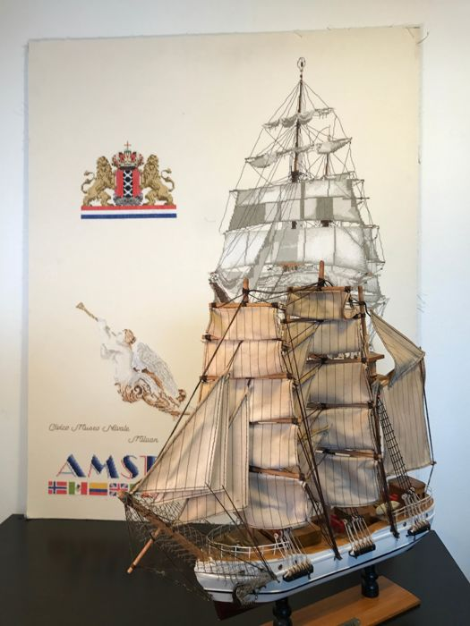 "Large old model sailing ship ""MayFlower"" (50 x 47 cm) including Sail Amsterdam '85 -poster with sailing ship - embroidery (91 x 72 cm)"