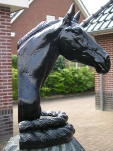 Very beautiful and heavy cast iron bust of a horse - life-like sculpture - France - contemporary