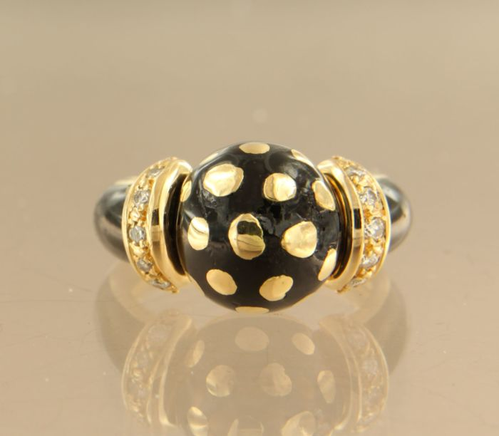 18 kt yellow gold ring decorated with black enamel and set with 10 brilliant cut diamonds, approx. 0.15 carat in total, ring size 16 (50)