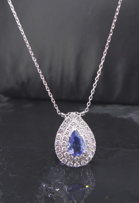 Pendant with blue sapphire, 1.00 ct & 36 brilliant cut diamonds - 0.70 ct in total - 14 kt white gold - Pendant dimensions:  16.62 x 12.13 mm