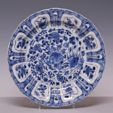 Large, blue and white, porcelain plate, flower decoration with cracked ice edge - China - 18th century (Kangxi period)