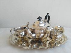 loo 637 - Elegant silver plated three-piece tea set with tray - the tray has scalloped edges - England, 1950s
