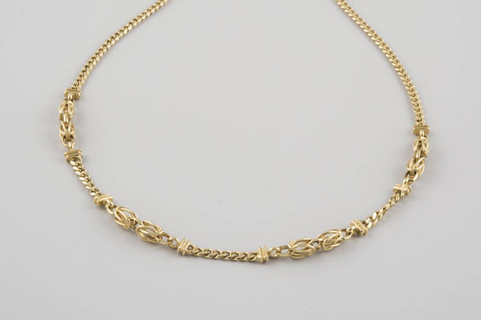 18 kt gold necklace with curb links and symmetrical decorations