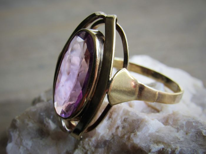 8 kt. Gold Vintage ring (3.5 grams) with large natural amethyst (approx. 1.7 ct) Size: 19. No reserve price!