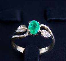 Emerald gold ring with diamonds. *No reserve*