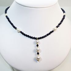 Necklace made of 18 kt yellow gold, faceted sapphires, and round freshwater pearls, Ø 5 to 9.5 mm