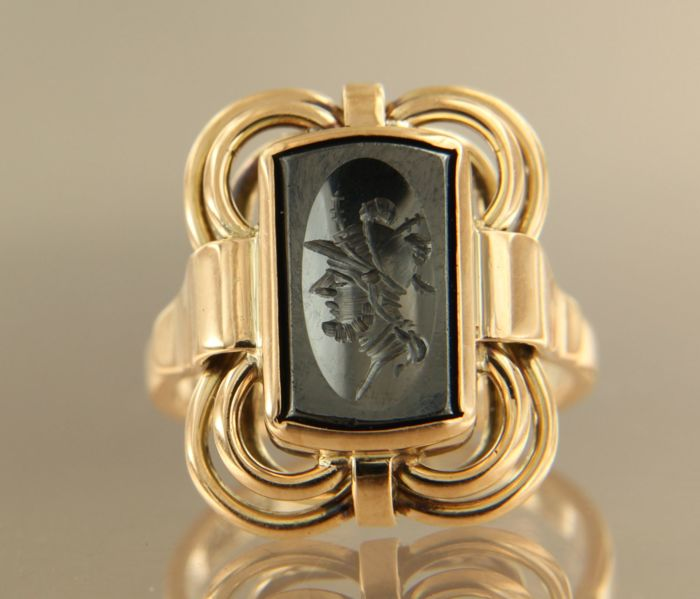14 kt rose gold signet ring decorated wit head of a soldier, ring size 17 (57)