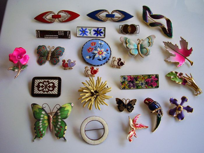Twenty-four beautiful pins in metal and enamel - 20th century