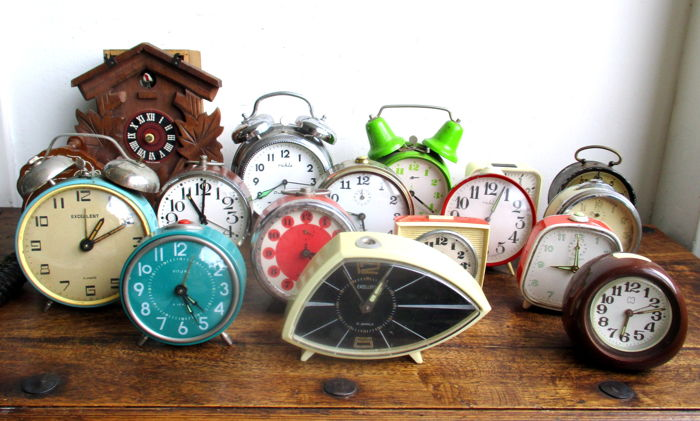 Lot with 14 decorative alarm clocks + 1 cuckoo clock + 1 set time coasters - 2nd half 20th century