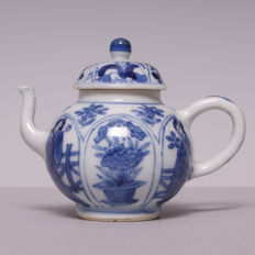 Blue white porcelain teapot – men –  China – 18th century (Kanxi period)