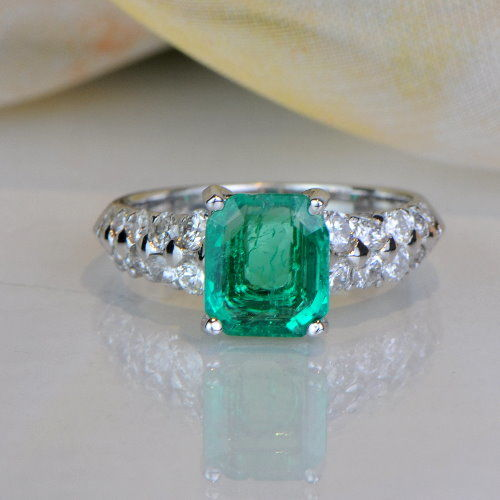 Ring with 1.30 ct emerald and 0.84 ct diamonds - 14kt white gold - size 5/50/15.75
