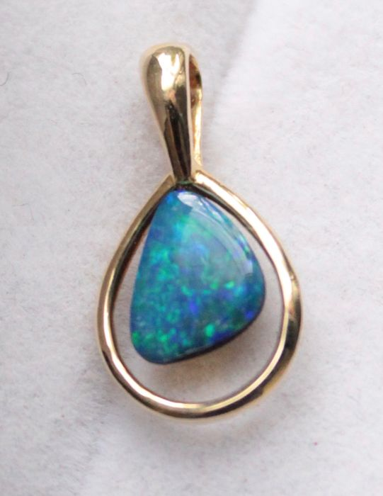 Yellow gold pendant inlaid with opal