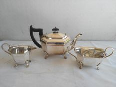 Lot 640 Antique three-piece tea set with sugar tongs, in Sheffield Silver by EPNS A1, England, 1950s