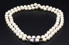Pearl necklace with 14 karat white gold clasp set with 0.50 ct sapphire
