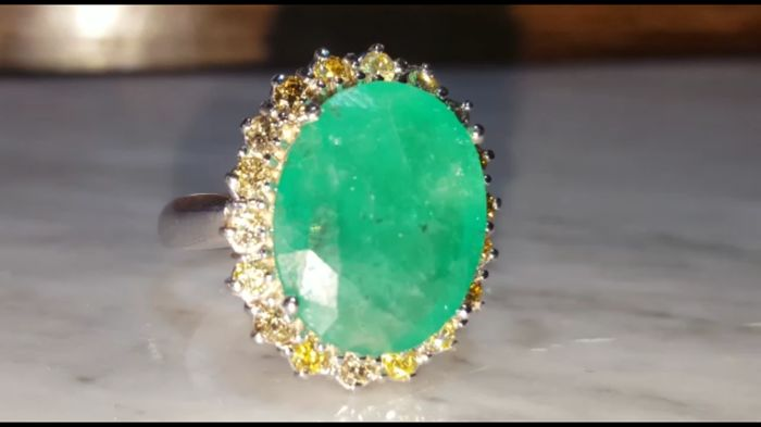White gold ring (18 kt) with emerald and fancy diamonds (9.5 ct) - size 17