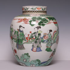 Large, beautiful Famille verte porcelain vase with lid - décor of figures in a garden - China - around 1900