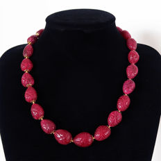 Necklace of engraved rubies with 14 kt gold clasp – 600 ct – 53.6 cm.