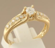 18 kt yellow gold ring with central brilliant cut diamond of 0.23 carat and 13 brilliant cut diamonds, approximately 0.27 carat in total, ring size 18 (56)