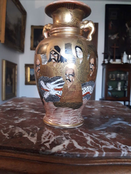 Antique moriage vase, Satsuma pottery - with hallmark on the underside - Japan, late 19th Century (Meiji Era)