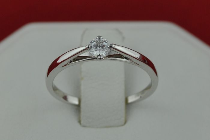 Diamond(+/-0.15ct FG/VS) set on 18k White Gold Ring From 'Cosyns Jewellers';  EU size 50/51; Re-sizable