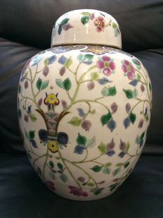 A huge Famille rose jar with lid - China - 19th century